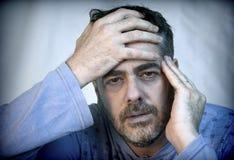Средн-постаретый человек при очень плохая сторона одетая в пижамах чувствует довольно больным Стоковые Фотографии RF
