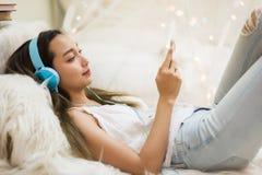 средства массовой информации игры женщины социальные и слушают музыка телефоном стоковые фотографии rf