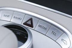 Средства массовой информации и навигация контролируют кнопки современного автомобиля Детали интерьера автомобиля Интерьер белой к Стоковое Фото