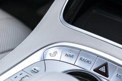 Средства массовой информации и навигация контролируют кнопки современного автомобиля Детали интерьера автомобиля Интерьер белой к Стоковое фото RF