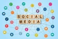 Средства массовой информации концепции социальные Различные социальные значки на голубой предпосылке социально стоковые фотографии rf
