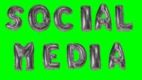 Средства массовой информации слова социальные от писем воздушного шара золота гелия плавая на зеленый экран - акции видеоматериалы