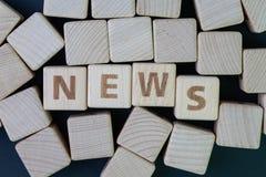 Средства массовой информации, социальные средства массовой информации пресса и концепция новостей, блок куба деревянный с алфавит стоковая фотография