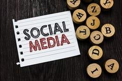 Средства массовой информации Social текста сочинительства слова Концепция дела для онлайн ci бумаги тетради части Microblogging с стоковые фотографии rf