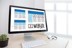 Средства массовой информации WWW программного обеспечения чертежа эскиза плана веб-дизайна и график Стоковое фото RF