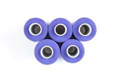 5 средств фиолетовых шить потоков на белизне свертываются спиралью на белой предпосылке ножницы полотна холстины кнопок измеряя у Стоковые Изображения RF