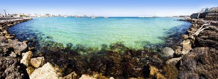 Средиземное море панорамы (Ionian море) с утесами стоковое изображение