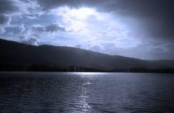 среди пасмурных древесин Швеции лета неба озера Стоковое Изображение RF