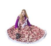 Средневековая девушка в теплом платье смотрит вверх Стоковые Фотографии RF