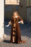 Средневековая девушка стиля на улице Таллина Стоковое Фото
