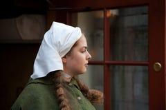 Средневековая девушка стиля на улице Таллина Стоковое Изображение RF