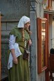 Средневековая девушка стиля на улице Таллина Стоковая Фотография RF