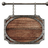 Средневековая деревянная смертная казнь через повешение знака на изолированных цепях стоковое изображение