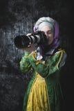 Средневековая женщина держит камеру SLR Стоковые Фото