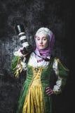 Средневековая женщина держит камеру SLR Стоковые Изображения RF