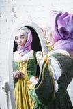 Средневековая женщина смотрит в зеркале Стоковое фото RF