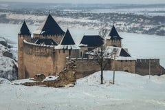 Средневековая крепость Khotyn в западной Украине под снегом Стоковые Фотографии RF