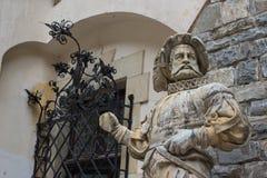 Средневековая мраморная статуя придворного льстца на замке Peles, Румынии Стоковое Изображение RF