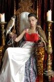 Средневековая принцесса фантазии с 2 соколами Стоковое Фото