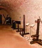 Средневековая пытка Камера пыток инквизиторства Старая средневековая камера пыток с много инструментов боли Стоковое фото RF