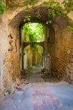 Средневековая сдобренная улица в итальянском средневековом горном селе, Лигурия стоковая фотография rf