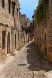 Средневековая улица рыцаря Греция городок rhodos острова Греции кафа воздуха открытый старый городок Улица фото рыцарей (теперь у стоковые фото