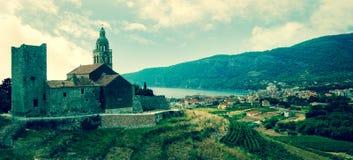 Средневековая церковь замка в среднеземноморском Стоковая Фотография RF