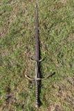 Средневековая шпага на том основании стоковые изображения rf