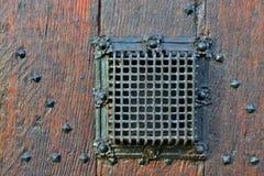 Средневековое окно вахты на двери входа Стоковая Фотография
