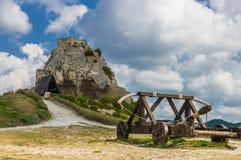Средневековое trebuchet на Des Baux de Провансали замка, Франции Стоковые Фото