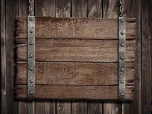 Средневековые деревянные подписывают сверх старую деревянную металлическую пластинку Стоковое Изображение RF