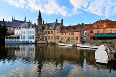 Средневековые здания вдоль каналов Брюгге, Бельгии Стоковые Изображения