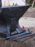 Средневековые наковальня и инструменты Стоковые Фото