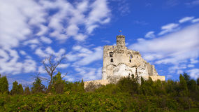 Средневековые руины замка Mirow, Польши Стоковые Фотографии RF