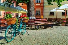 Средневековый бар кафа улицы, Sighisoara, Трансильвания, Румыния, Европа Стоковая Фотография RF