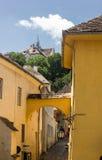 Средневековый взгляд улицы в цитадели Sighisoara, Румынии Стоковые Фото