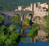 Средневековый городок с мостом Besalu, Каталония Стоковая Фотография