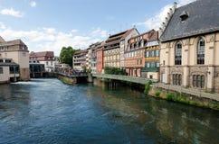 Средневековый городской пейзаж красивых полу-timbered домов в маленькой Франции, страсбурге стоковые изображения