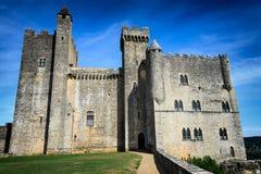 Средневековый замок вдоль реки Дордоня стоковое фото rf