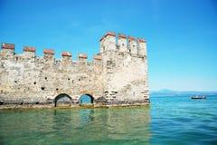 Средневековый замок Scaliger в старом городке Sirmione на озере Lago di Ga стоковое изображение