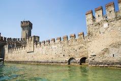 Средневековый замок Scaliger в старом городке Sirmione на озере Lago di Garda Италия стоковое изображение rf