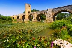 Средневековый каменный мост над Эбром Frias, провинция Бургоса Стоковые Фотографии RF