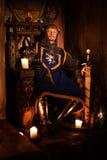 Средневековый король на троне в старом интерьере замка стоковая фотография rf