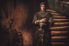 Средневековый рыцарь в старом интерьере замка Стоковая Фотография RF