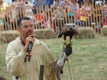 Средневековый соколиный охотник 24 фестиваля 2016 Стоковые Фотографии RF
