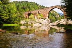 Средневековый сдобренный мост в Пиренеи Каталония Стоковые Фотографии RF