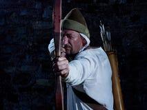 Средневековый лучник с луком и стрелы Стоковое Фото