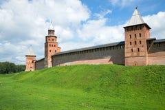 3 средневековых башни Новгорода Кремля в солнечном дне novgorod Россия veliky Стоковое Изображение