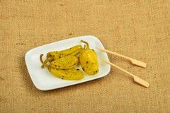 Среднеземноморская закуска замаринованного зеленого перца на холсте Стоковое фото RF