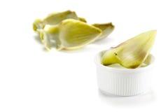 Среднеземноморская закуска, лист артишока в шаре с погружением, isol Стоковые Фото